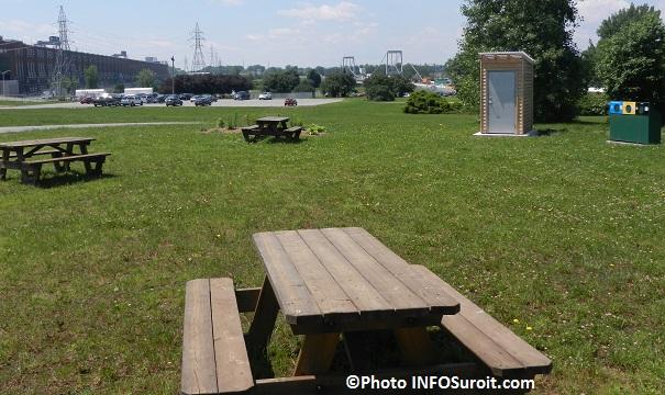 Halte-au-Fil-de-l-eau-a-Beauharnois-tables-pique-nique-toilette-au-compost-Vue-centrale-hydro-et-pont-Photo-INFOSuroit_com