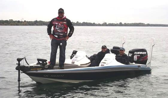 Nicolas-Gendron-guide-de-peche-professionnel-avec-bateau-et-clients-sur-le-lac-Photo-courtoisie