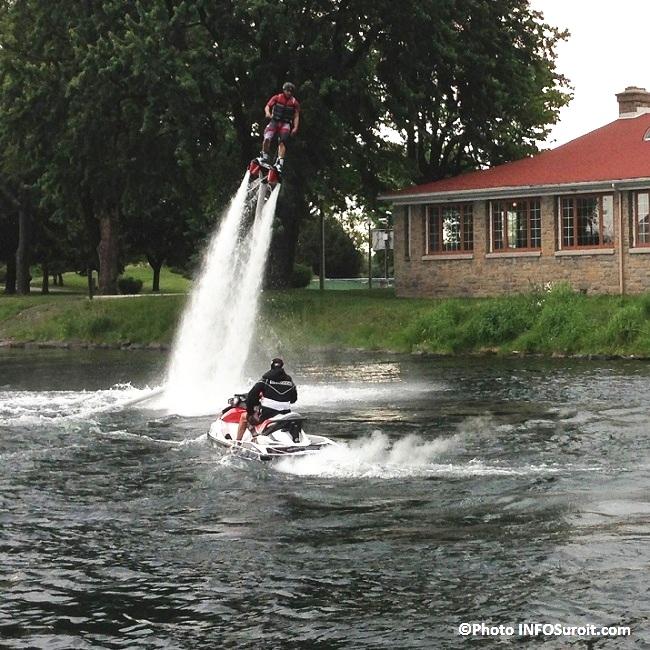 flyboard-sur-les-eaux-du-Vieux-canal-de-Beauharnois-devant-chalet-parc-Sauve-de-Valleyfield-Photo-INFOSuroit_com