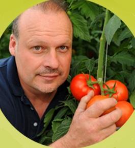 Serres-Sagami-president-Stephane_Roy-et-tomates-Photos-Serres-Sagami