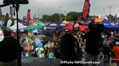 Tournee-celebration-Kraft-RDS-TSN-a-St-Etienne-de-Beauharnois-Assistance-avec-parapluies-Photo-INFOSuroit_com