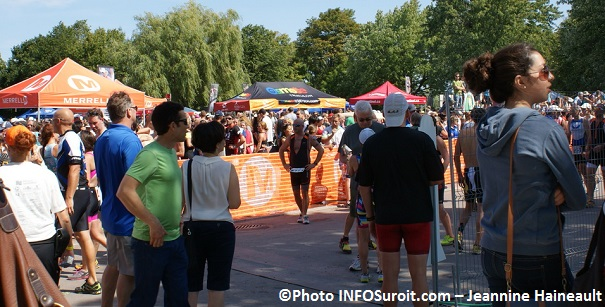 Triathlon-Valleyfield-2013-assistance-kiosques-Photo-INFOSuroit_com-Jeannine_Haineault