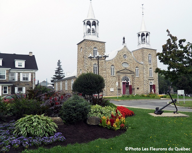 Chateauguay-Amenagement-floral-pres-eglise-St-Joachim-Photo-Les-Fleurons-du-Quebec