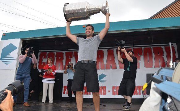 Corey_Crawford-avec-Coupe-Stanley-a-Chateauguay-et-Nathalie-Simon-Photo-Division-communications-Chateauguay