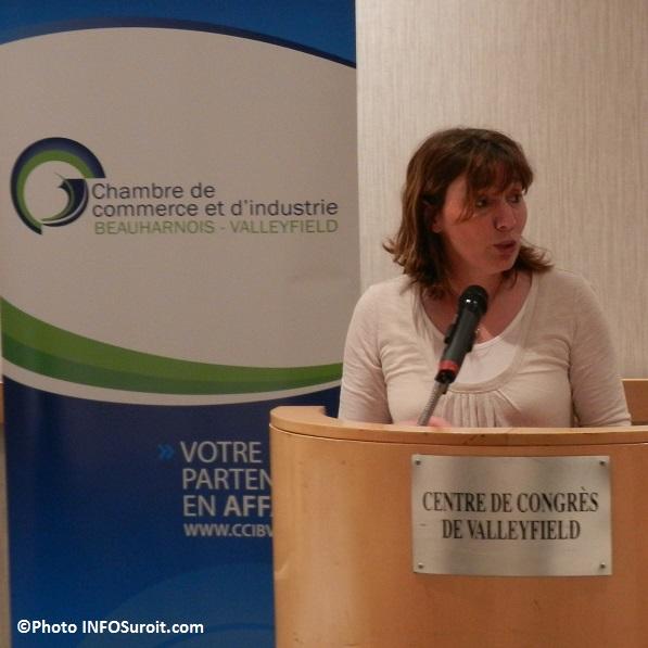 Annabelle_Laliberte-directrice-du-MUSO-devant-la-Chambre-de-commerce-Photo-INFOSuroit_com