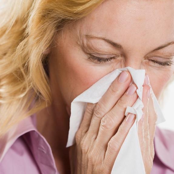 Rhume-grippe-mouchoir-femme-maladie-Photo-CPA-publiee-par-INFOSuroit