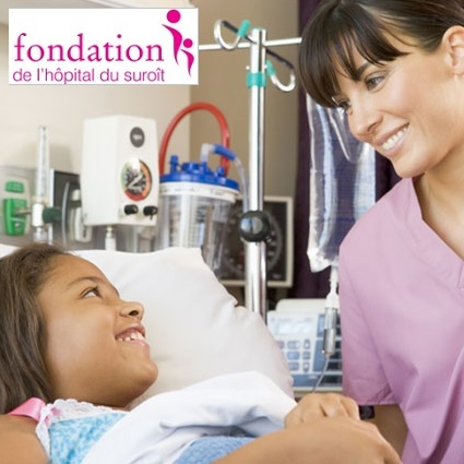 Enfant-malade-et-infirmiere-plus-logo-Fondation-Hopital-du-Suroit-Photo-courtoisie-FHS