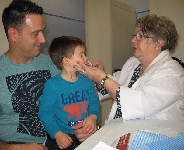 Le-jeune-Maxime-avec-son-pere-a-Clinique-de-vaccination-contre-la-grippe-au-Faubourg-de-l-ile-Photo-courtoisie-CSSSVS