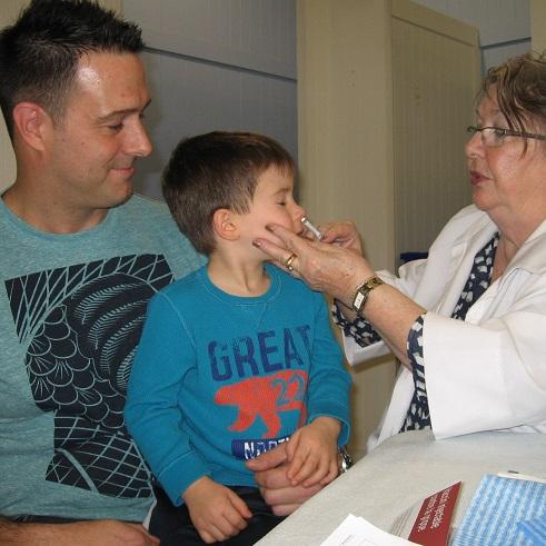 Le-jeune-Maxime-avec-son-pere-a-la-Clinique-de-vaccination-contre-la-grippe-Photo-courtoisie-CSSSVS