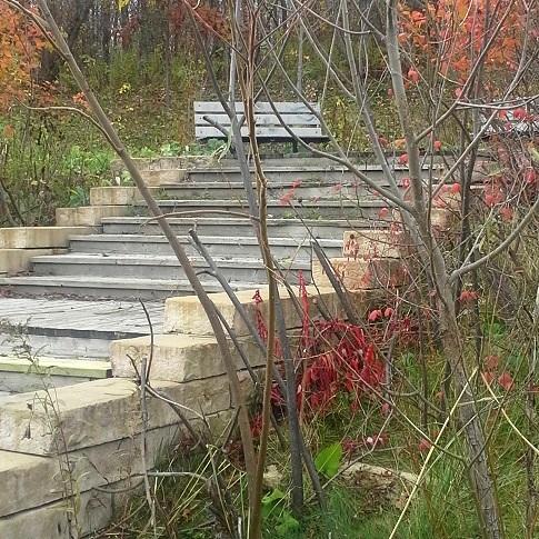 Bois-Robert-a-Beauharnois-escalier-et-bancs-automne-2013-Photo-courtoisie