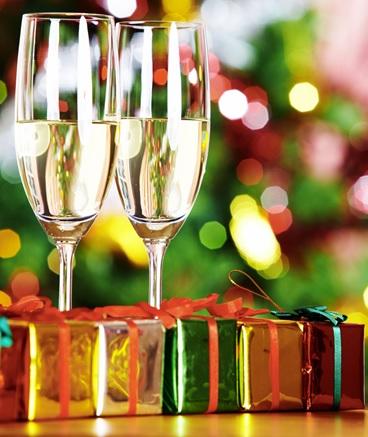 Celebration-Nouvel-An-Champagne-cadeaux-image-CPA-publiee-par-INFOSuroit_com