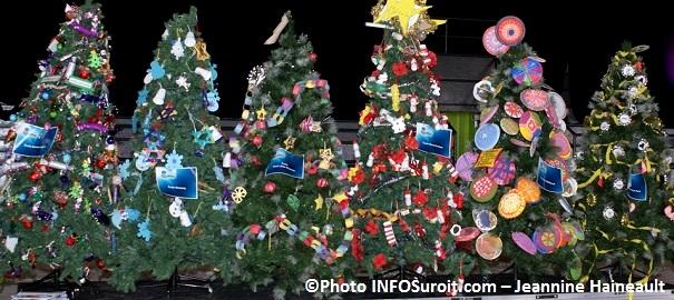 Chateauguay-Histoire-de-Noel-2013-Sapins-avec-decorations-d-eleves-du-primaire-Photo-INFOSuroit_com-Jeannine_Haineault