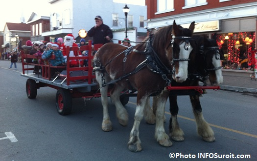 Festival-Noel-Enchante-Ormstown-Chevaux-carriole-Pere-Noel-et-enfants-Photo-INFOSuroit_com_
