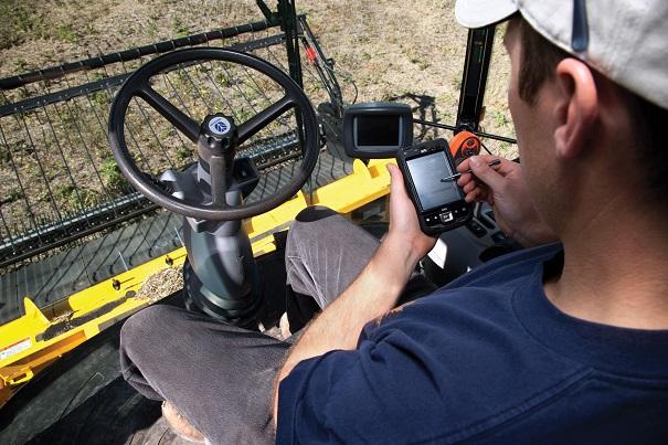 inanciere-Agricole-du-Canada-FAC-cultivateur-avec-telephone-intelligent-Photo-courtoisie-FAC-pour-INFOSuroit