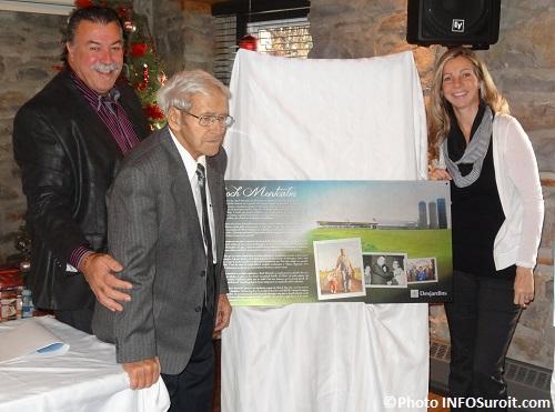 Plaque-commemorative-Roch_Montcalm-avec-Yves_Daoust-et-Melanie_Jeunesse-photo-INFOSuroit_com
