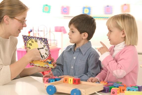 maternelle-enseignante-responsable-et-deux-enfants-Image-CPA-publiee-par-INFOSuroit_com