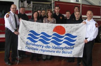 Drapeau-Valleyfield-expose-a-la-caserne-pompiers-Lac_Megantic-photo-courtoisie-publiee-par-INFOSuroit_com