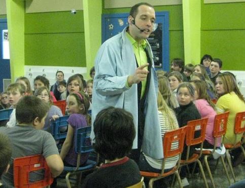 Perseverance-scolaire-2013-Jimmy_Sevigny-en-conference-devant-ecoliers-CSVT-Photo-courtoisie