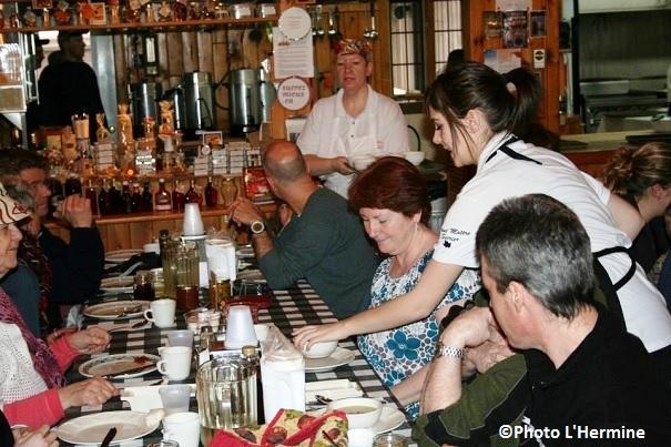 Cabane-a-sucre-Hermine-a-Covey-Hill-repas-traditionnels-clients-et-personnel-Photo-Cabane-Hermine-publiee-par-INFOSuroit