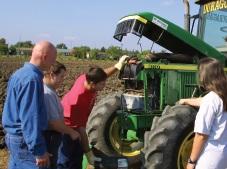Centre-des-Moissons-formation-Mecanique-agricole-Tracteur-champ-avec-etudiants-Photo-courtoisie