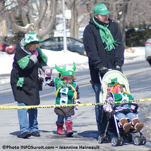 Defile-St-Patrick-Chateauguay-Famille-avec-vert-irlandais-Photo-INFOSuroit-Jeannine_Haineault