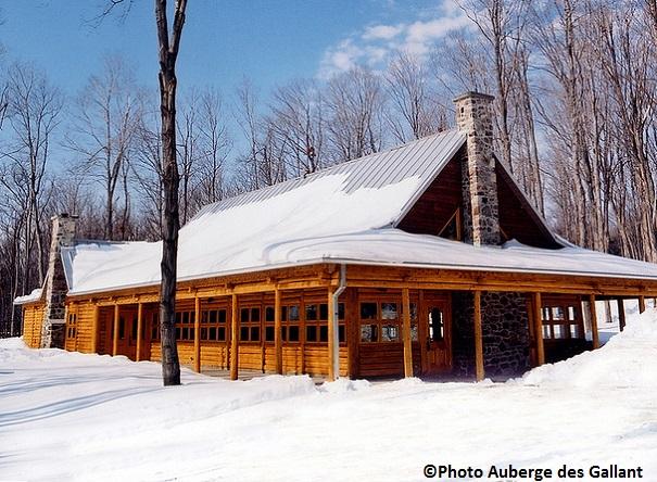 Sucrerie-des-Gallant-Cabane-en-bois-rond-Ste-Marthe-hiver-Photo-Auberge-des-Gallant
