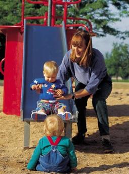parc-enfants-maman-module-de-jeux-glissade-Photo-CPA-publiee-par-INFOSuroit