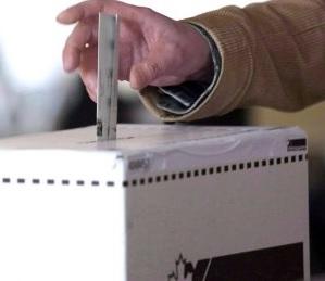 Depot-bulletin-de-vote--dans-boite-de-scrutin-Election-Canada-Image-courtoisie-blogueur-Haudecoeur