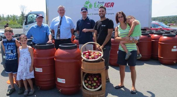 Fonds-Eco-IGA-pour-Jour-de-la-terre-Distribution-barils-recuperateurs-eau-de-pluie-Photo-Fonds-ECO-IGA