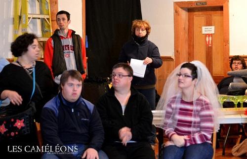 Pratique-des-comediens-troupe-theatre-Cameleons-du-Haut_Saint_laurent-les-maries-de-la-tour-Eiffel-photo-courtoisie-publiee-par-INFOSuroit_com