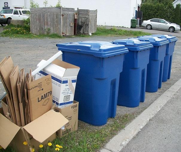 Bacs-de-recuperation-et-carton-pres-de-commerces-Photo-courtoisie-MRC-BHS