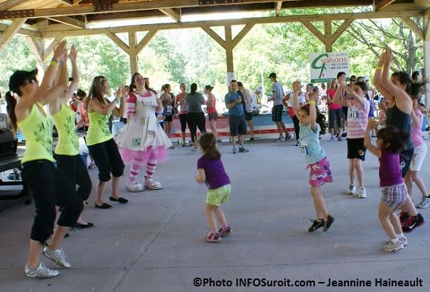 Defi-FRAS-2013-danse-et-clown-avec-enfants-Photo-INFOSuroit_com-Jeannine_Haineault