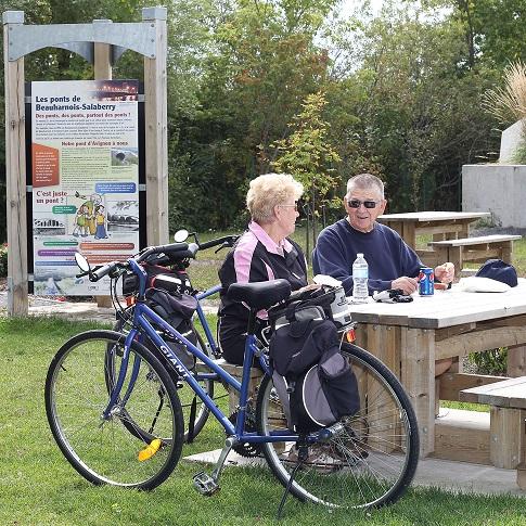 Halte-des-Voyageurs-Parc-regional-Beauharnois-Salaberry-cyclistes-velo-Photo-courtoisie-MRC