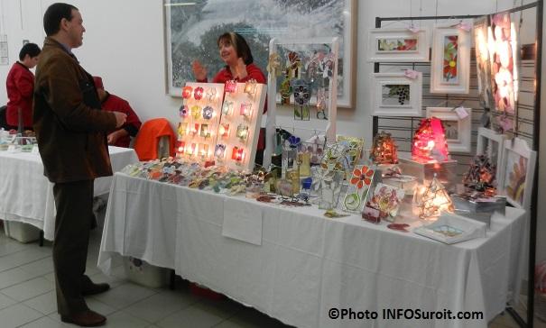 Melanie_Mallette-avec-differentes-oeuvres-en-vitrail-Foire-des-artisans-a-Chateauguay-Photo-INFOSuroit_com