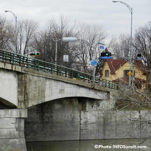 Pont-Arthur-Laberge-a-Chateauguay-Feux-de-circulation-rue-Salaberry-Photo-INFOSuroit_com