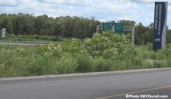 Ecoparc-industriel-de-Valleyfield-enseigne-et-autoroute-530-avec-affiche-pour-la-30-Photo-INFOSuroit_com
