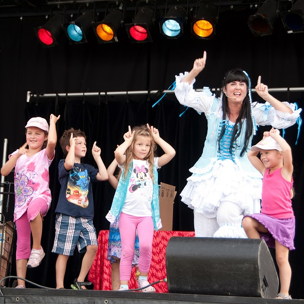 Lilou_LeMonde-en-spectacle-avec-enfant-Festival-Montgolfieres-Photo-courtoisie-liloulemonde_com