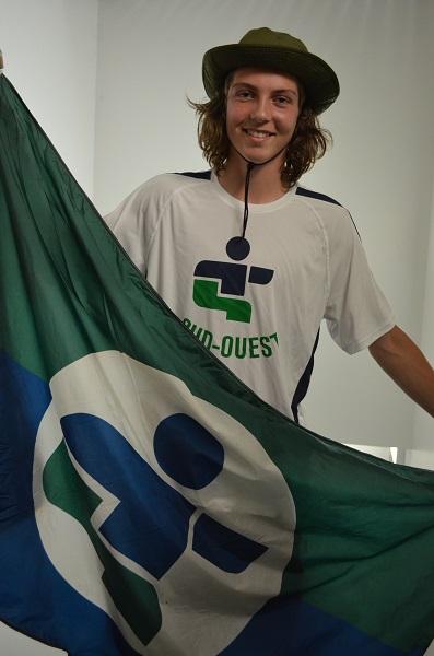 Simon-Fichault-Porte-drapeau-delegation-Sud_Ouest-Jeux-du-Quebec-d_ete-2014-Longueuil-photo-courtoisie-publiee-par-INFOSuroit_com