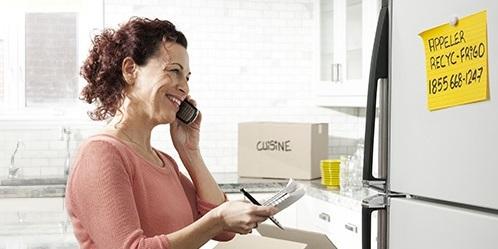 femme-frigo-cuisine-Programme-Recyc-Frigo-Hydro-Quebec-extrait-site-Web