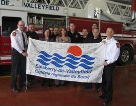 pompiers-de-valleyfield-avec-drapeau-et-signatures-en-soutien-a-Lac-Magantic-Photo-courtoisie