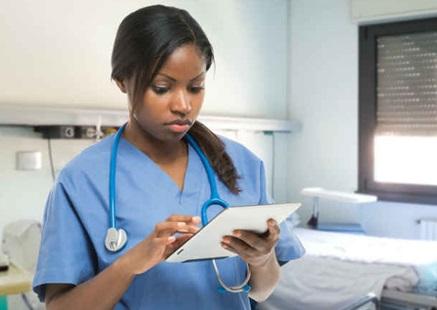 sante-infirmiere-stetoscope-tablette-elctronique-Photo-CPA