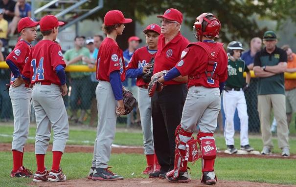 Baseball-Elites-Valleyfield-joueurs-avec-entraineur-Michel_Rochefort-Photo-courtoisie-Championnat-candien-Petite-Ligue