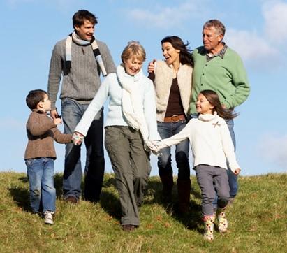 Famille-parents-enfants-jeunes-et-aines-image-CPA-publiee-par-INFOSuroit_com