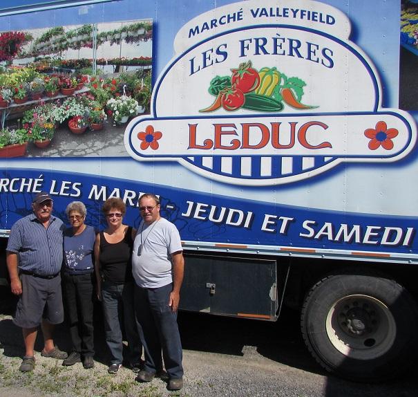 Les Freres Leduc avec leur conjointe devant un de leurs camions Photo INFOSuroit_com