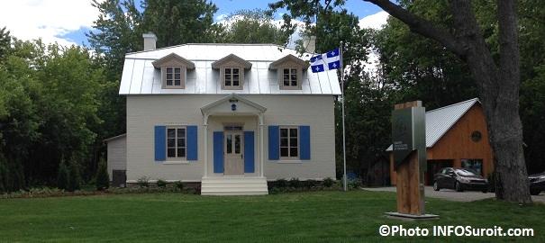 Maison-Felix-Leclerc-et-kiosque-accueil-plus-drapeau-Quebec-Photo-INFOSuroit_com