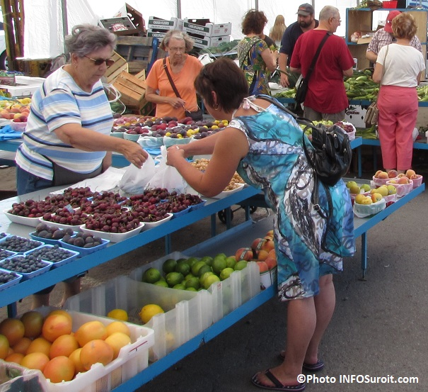 Marche-public-de-Valleyfield-aout-2014-cerises-bleuets-peches-clients-Photo-INFOSuroit_com