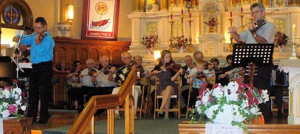 Messe-des-violoneux-2013-avec-Loisirs-folkloriques-choeur-eglise-de-Saint-Timothee-Photo-courtoisie