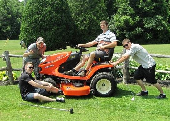 Golf Coop 2014 tracteur a gagner des Equipements Colpron avec 4 golfeurs Photo courtoisie Coop