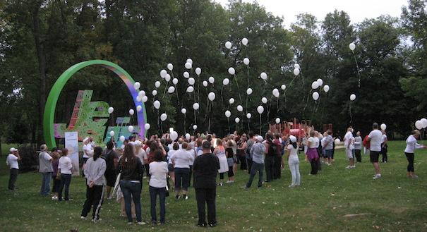 Marche-prevention-suicide-a-Vaudreuil-Dorion-envolee-de-ballons-Photo-courtoisie-CSSSVS