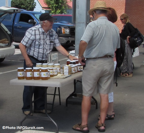 Producteur miel et gelee avec clients au Marche public regional Photo INFOSuroit_com